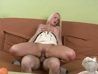 Slutty Czech Sandra Kalerman bobs her hophead on a boner before hot sex