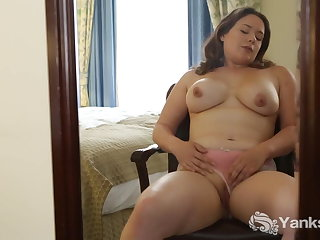 Yanks Kimberlee Pleasing Her Twat With A Toy